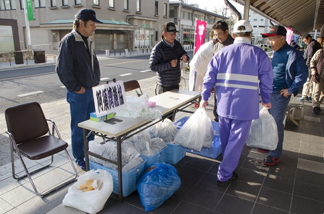 日曜朝市 阿須湾漁協 養殖昆布の販売